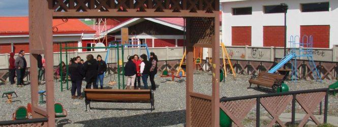 """Empresa de Tierra del Fuego regaló una """"manito de gato"""" a parque infantil en Porvenir"""